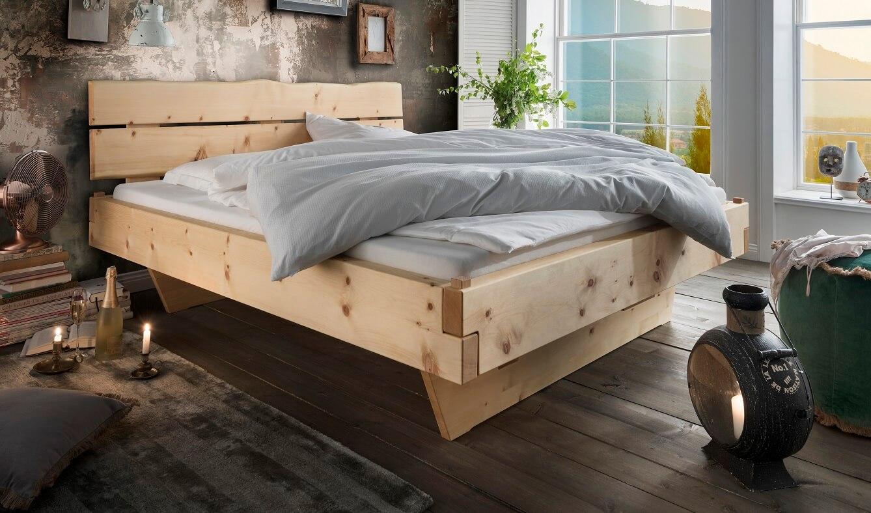 Das Foto zeigt das Zirbenholzbett Kitzbühel